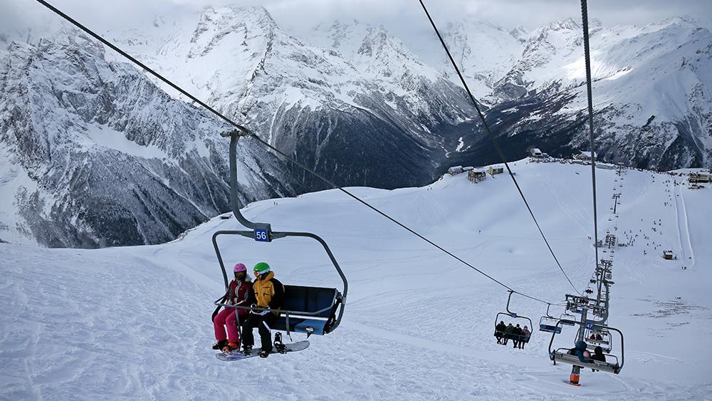 В КЧР лавина накрыла горнолыжную трассу, под снегом могут находиться люди