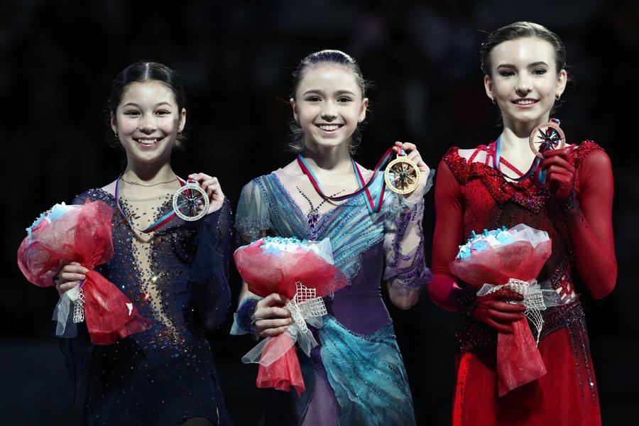 Слева направо: Лью (серебро), Валиева (золото), Усачёва (бронза) — пьедестал финала юниорского Гран-при 2020 года. Фото © ТАСС / Сергей Бобылев