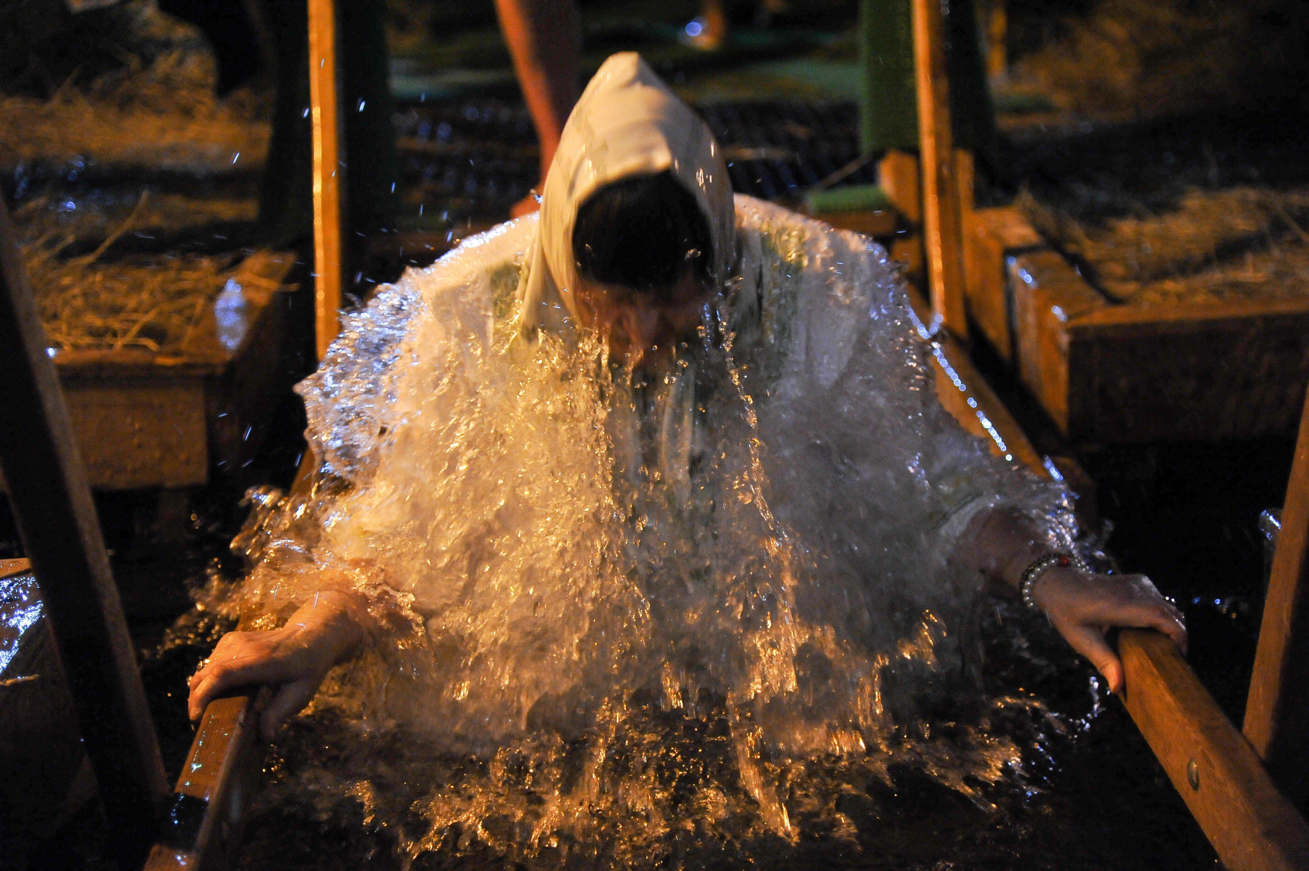 Инфекционист рассказала, в каком случае нужно носить маску на крещенских купаниях