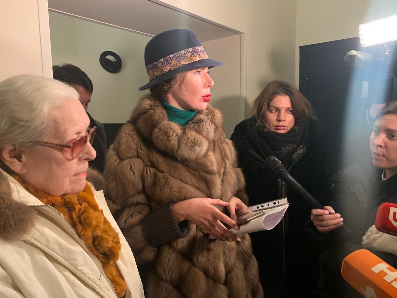 Федосеева-Шукшина попыталась прорваться в квартиру к Алибасову. Уверена, что он в заложниках у сына