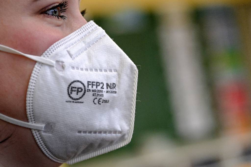 Вирусолог объяснил, почему в России не нужно вводить обязательное ношение респираторов, как в Германии