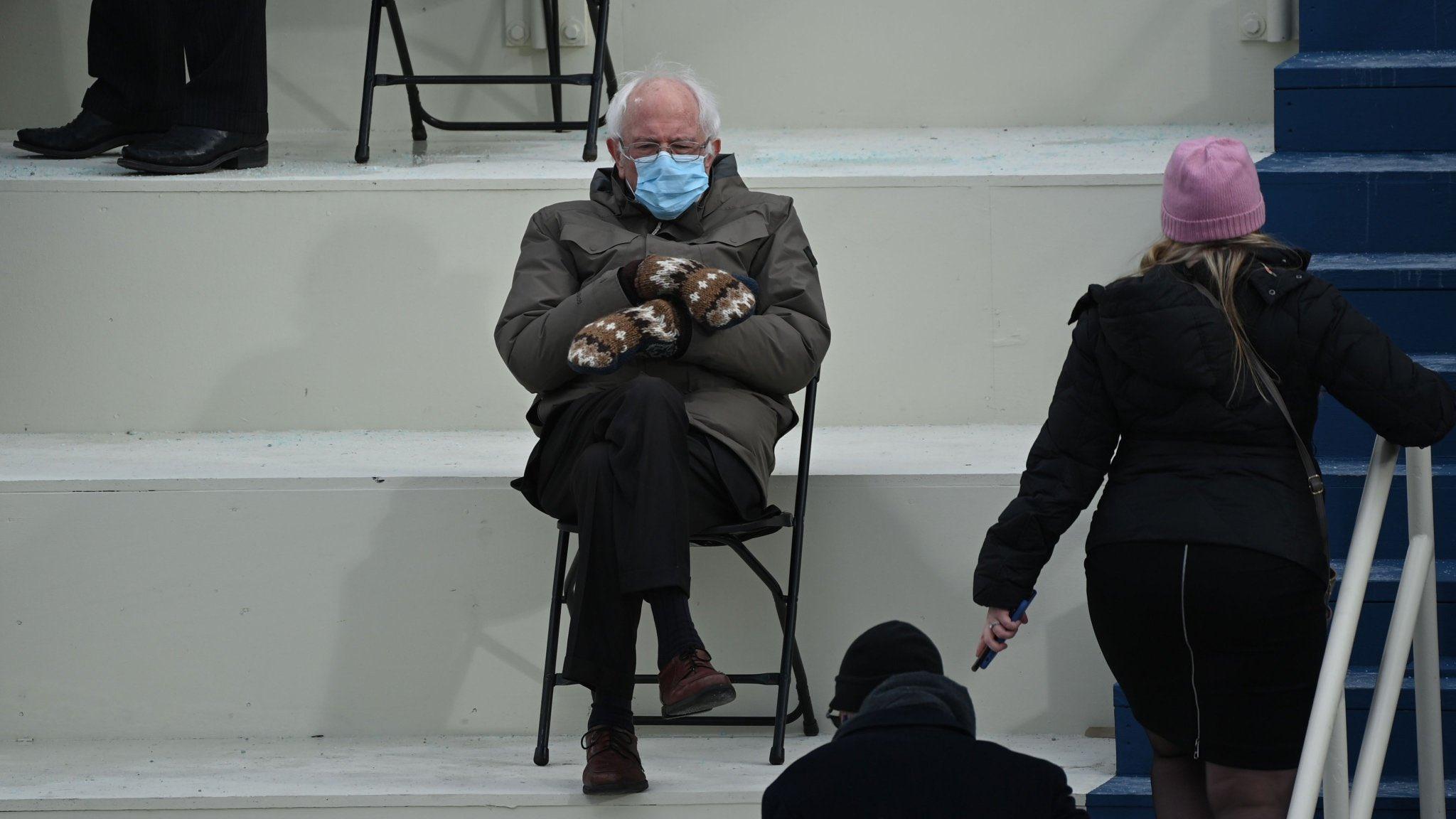Берни Сандерс пришёл на инаугурацию Байдена в необычных варежках, несмотря на тёплую погоду