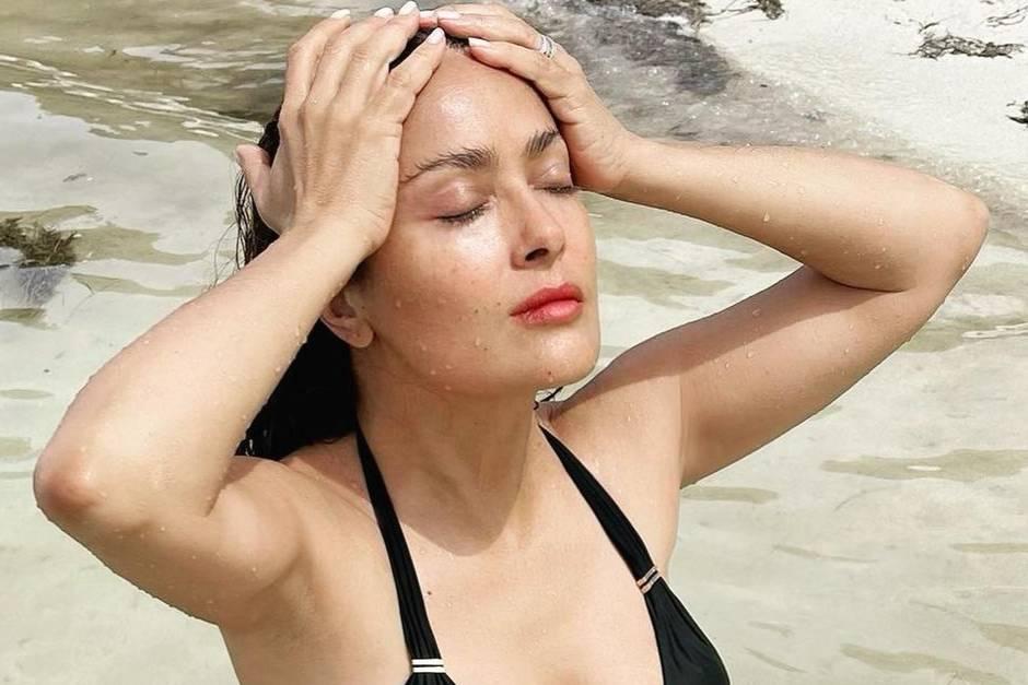 54-летняя Сальма Хайек в купальнике показала подтянутое тело, вызвав зависть у молодых фанаток