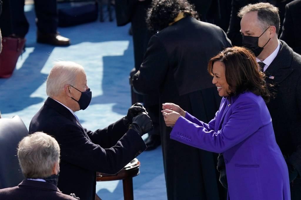 Вазы, картины и флаги. В конгрессе США вручили подарки Байдену и Харрис после инаугурации