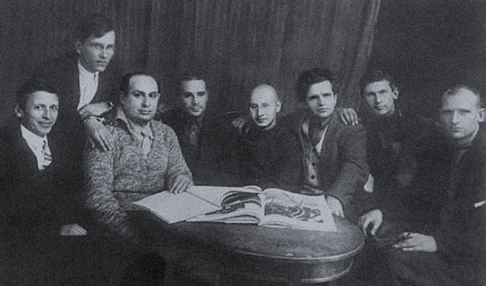 Руководство РАПП (слева направо): А.П. Селивановский, М.В. Лузгин, Б. Иллеш, В.М. Киршон, Л.Л. Авербах, Ф.И. Панфёров, A.A. Фадеев, И.С. Макарьев. Конец 1920-х. Фото © Wikipedia