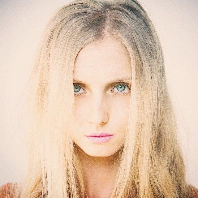 <p>— Я вижу красоту в косточках почему-то. Есть такая модель Луисель Рамос, вернее была, — она умерла от анорексии, ну вот она мой кумир, только я умирать не хочу...</p>