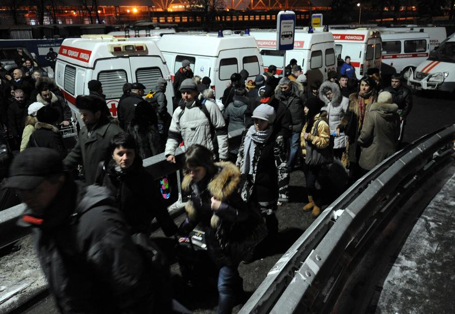 Пассажиры у аэропорта Домодедово, где произошёл взрыв. Фото © ИТАР-ТАСС / Артём Коротаев