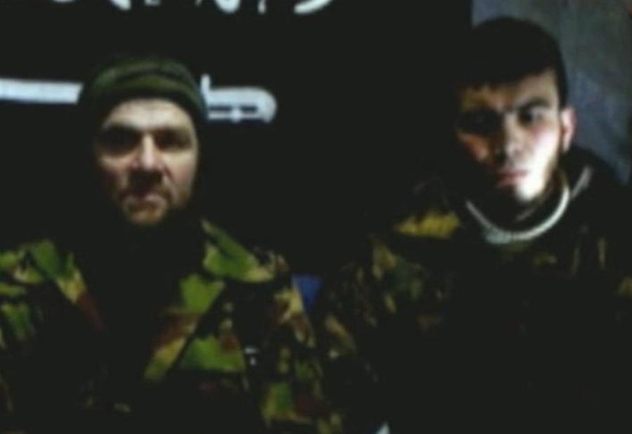 Лидер боевиков Северного Кавказа Доку Умаров и предполагаемый исполнитель теракта в аэропорту Домодедово 24 января 2011 года Магомед Евлоев (слева направо) во время видеообращения. Фото © ИТАР-ТАСС / ИА Kavkaz-Center