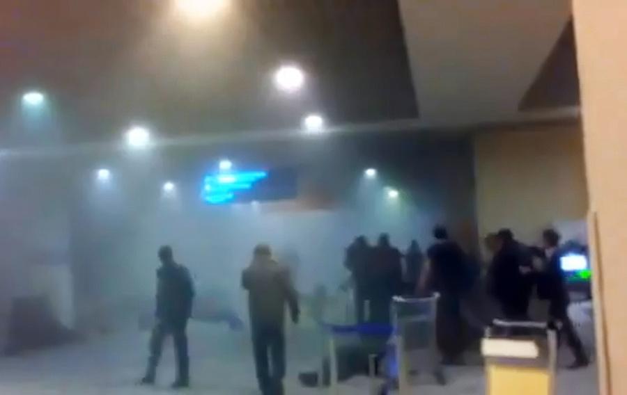 """Пассажиры в аэропорту Домодедово, где произошёл взрыв. Фото © ИТАР-ТАСС / снимок с экрана ТВ / телеканал """"Россия 24"""""""