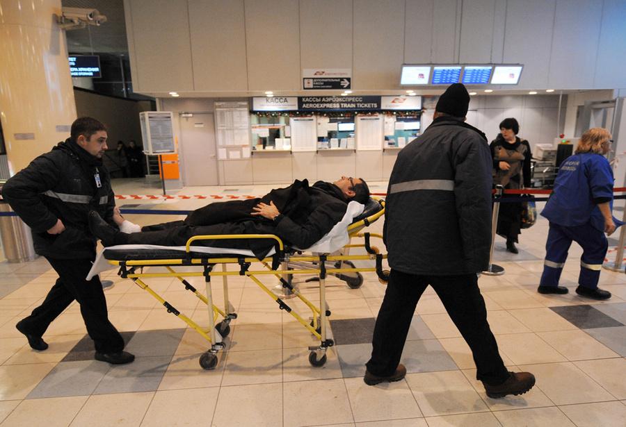 Оказание медицинской помощи пострадавшему в результате взрыва в аэропорту Домодедово. Фото © ИТАР-ТАСС / Артём Коротаев