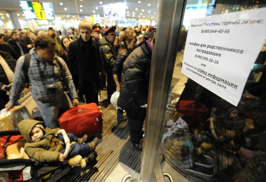 Пассажиры в аэропорту Домодедово, где после взрыва усилены меры безопасности. Фото © ИТАР-ТАСС / Артём Коротаев