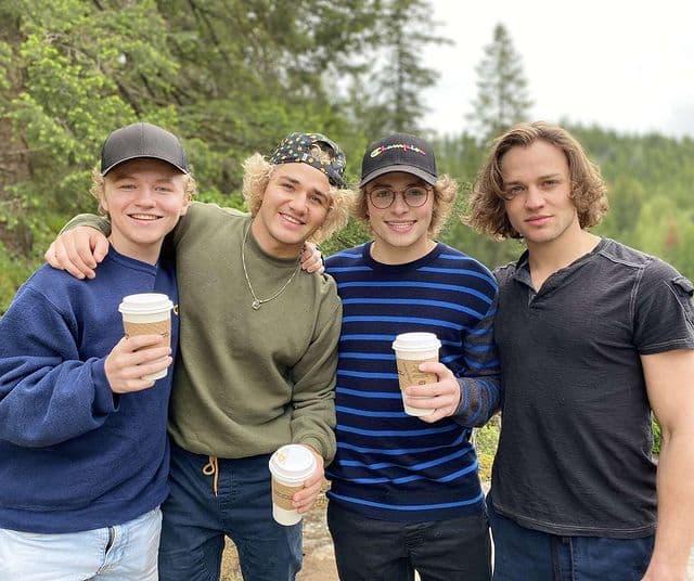 Слева — направо: Мюррей, Уоррен, Мерлин и их лучший друг и брат Эдди. Фото © Instagram / eddie_bmore