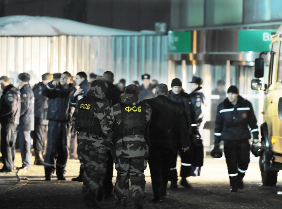 Сотрудники ФСБ у аэропорта Домодедово, где произошёл взрыв. Фото © ИТАР-ТАСС / Артём Коротаев