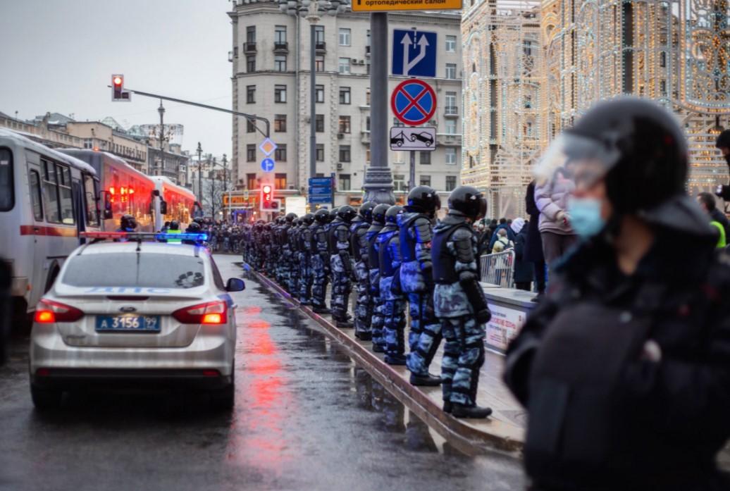 СК возбудил уголовные дела по факту насилия в отношении полицейских на незаконной акции в Москве