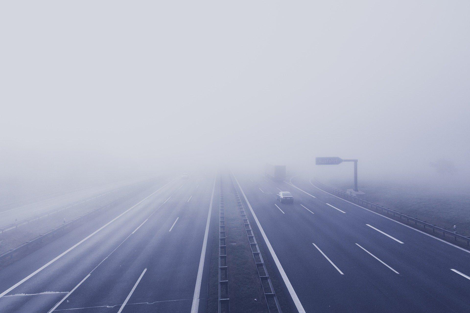 Дептранс экстренно предупредил московских водителей о сильном тумане и ухудшении видимости