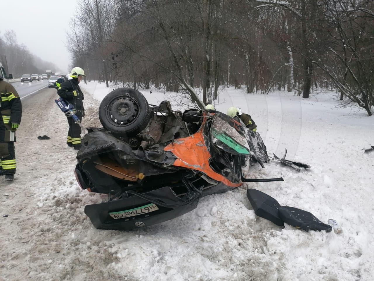 Автомобиль каршеринга превратился в кучу металлолома после аварии в Новой Москве