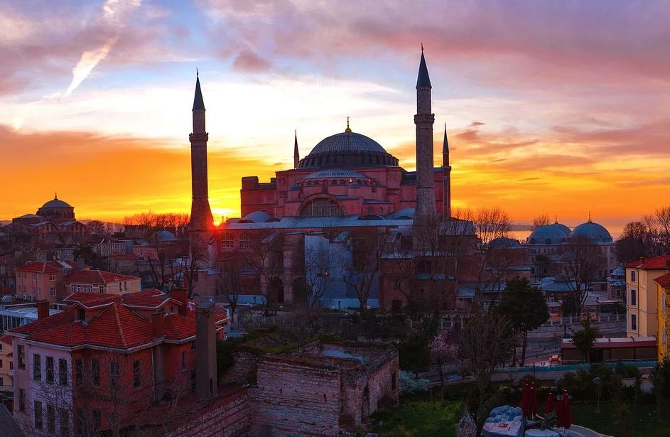 В Стамбуле сборщик мусора ранил ножом трёх россиян