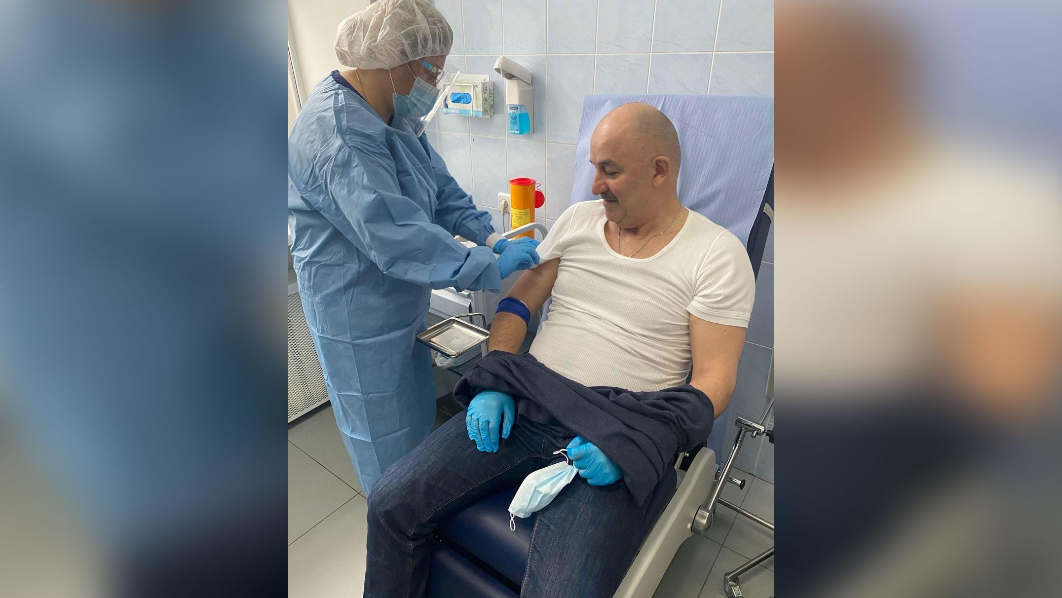 Главный тренер сборной России по футболу привился от коронавируса