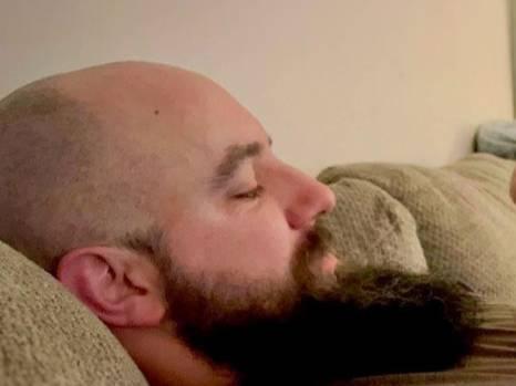 Дядя пришёл знакомиться с новорождённой племянницей, но она не смогла оторвать взгляд от его бороды