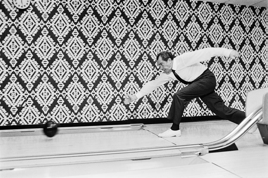 Ричард Никсон играет в боулинг в Белом доме. Фото © US National Archives