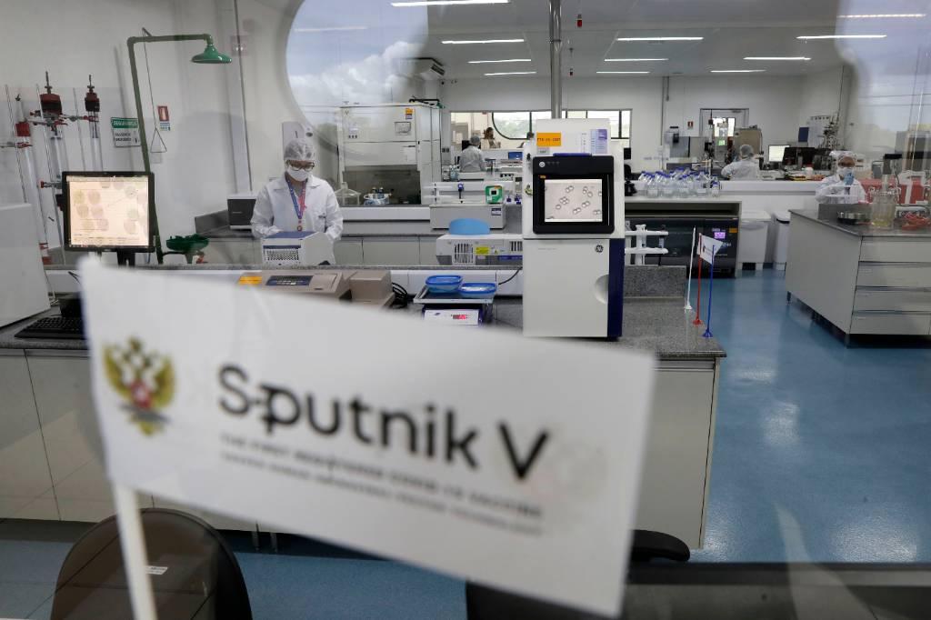 """Bloomberg рассказал о """"моральной победе"""" России над Украиной с помощью вакцины """"Спутник v"""""""
