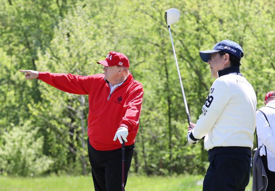 Дональд Трамп и бывший премьер-министр Японии Синдзо Абэ играют в гольф. Фото © Wikimedia Commons