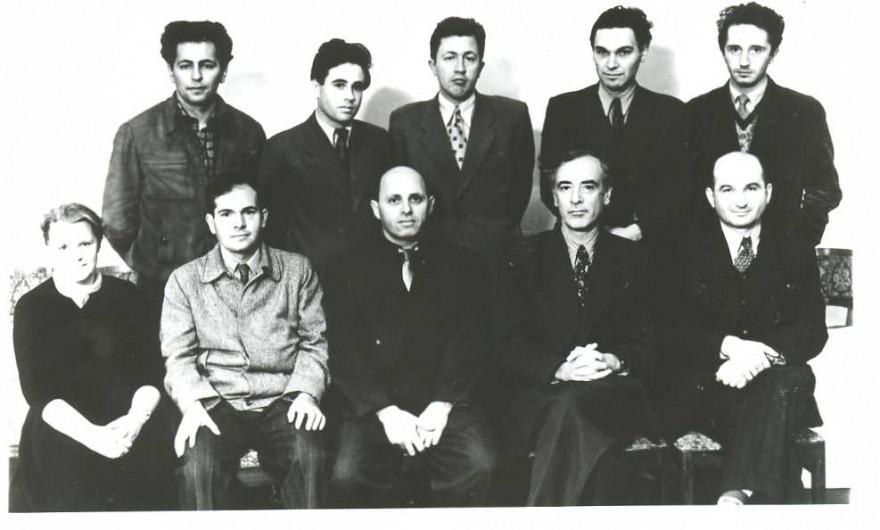 """Исаак Халатников (третий слева в первом ряду), Лев Ландау (второй справа в первом ряду). Фото © """"Научная Россия"""""""