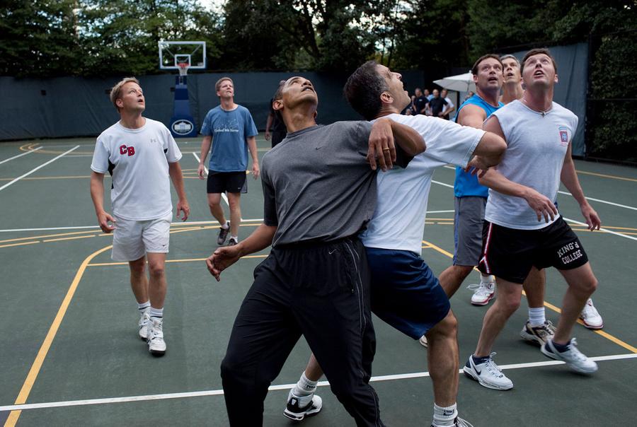 Барак Обама играет в баскетбол с сотрудниками администрации и членами конгресса. Фото © US National Archives