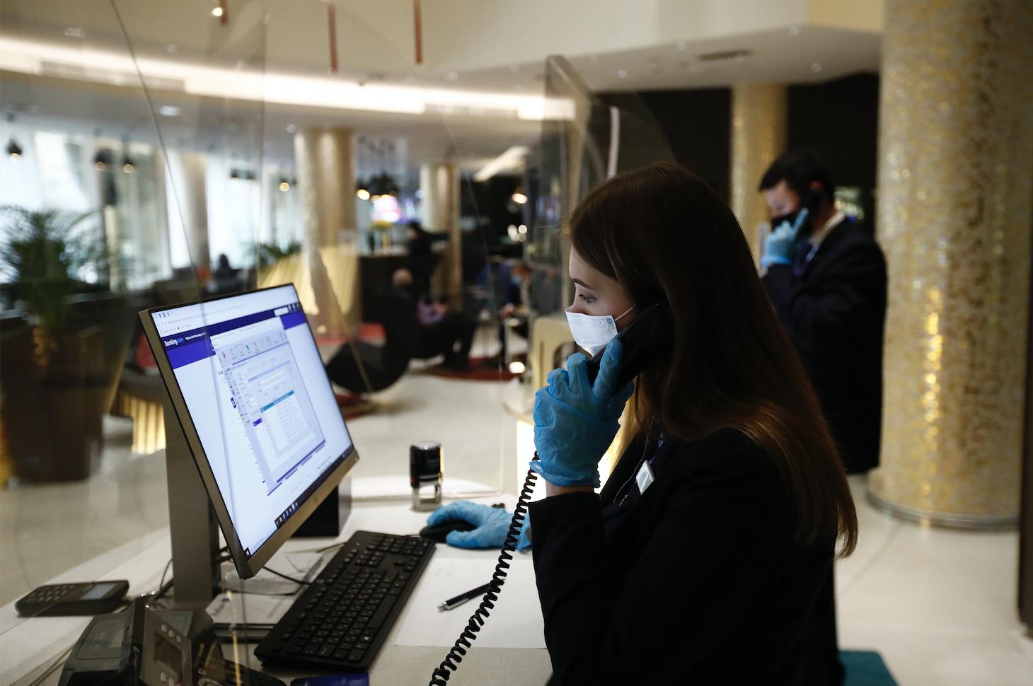 Власти Москвы заявили, что маски и перчатки в офисах остаются обязательными