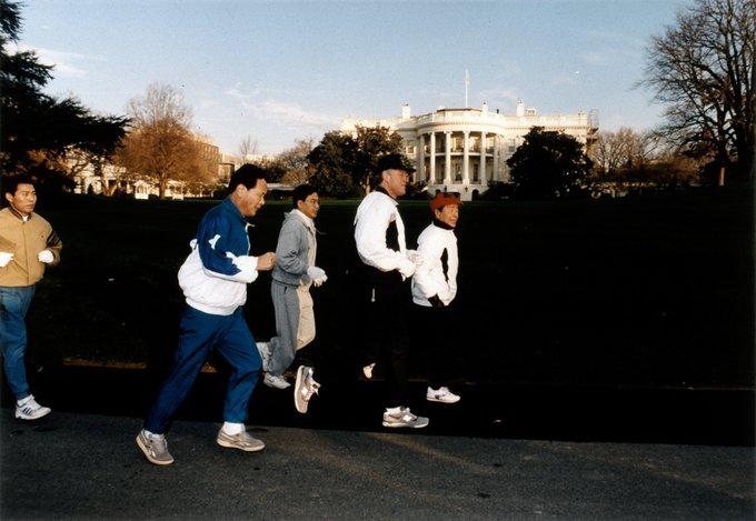Билл Клинтон бегает на территории Белого дома. Фото © William J. Clinton Presidential Library and Museum / US National Archives