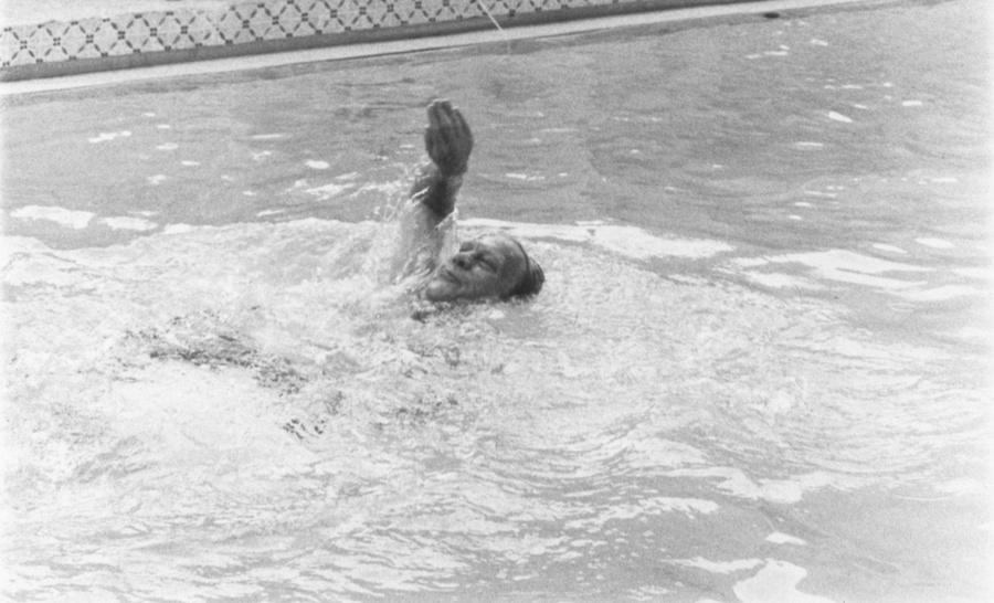 Джеральд Форд плавает в бассейне на территории Белого дома. Фото © Gerald R. Ford Presidential Library and Museum / US National Archives