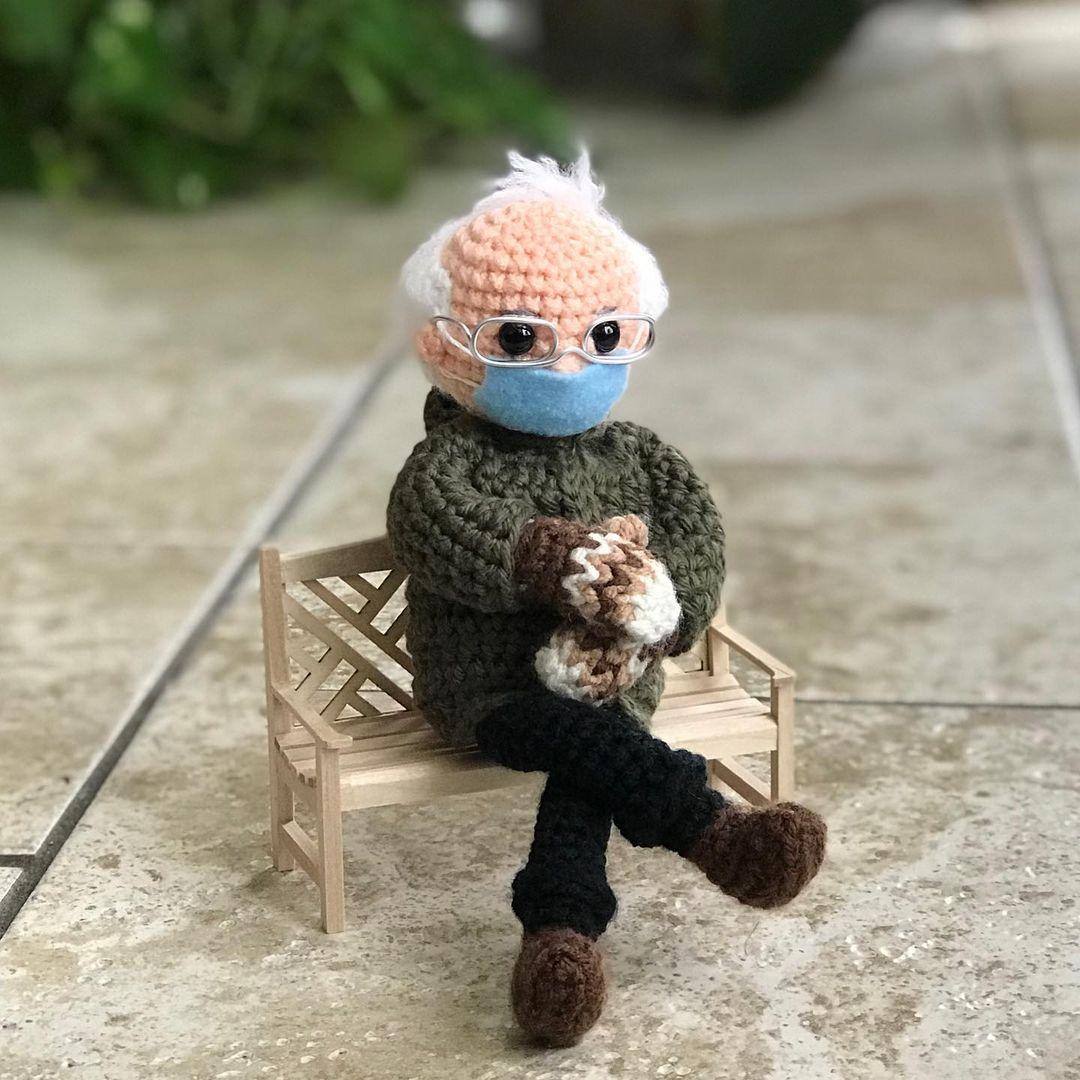 Куклу Берни Сандерса в бабушкином прикиде с инаугурации Байдена продали на аукционе за 20 тысяч долларов