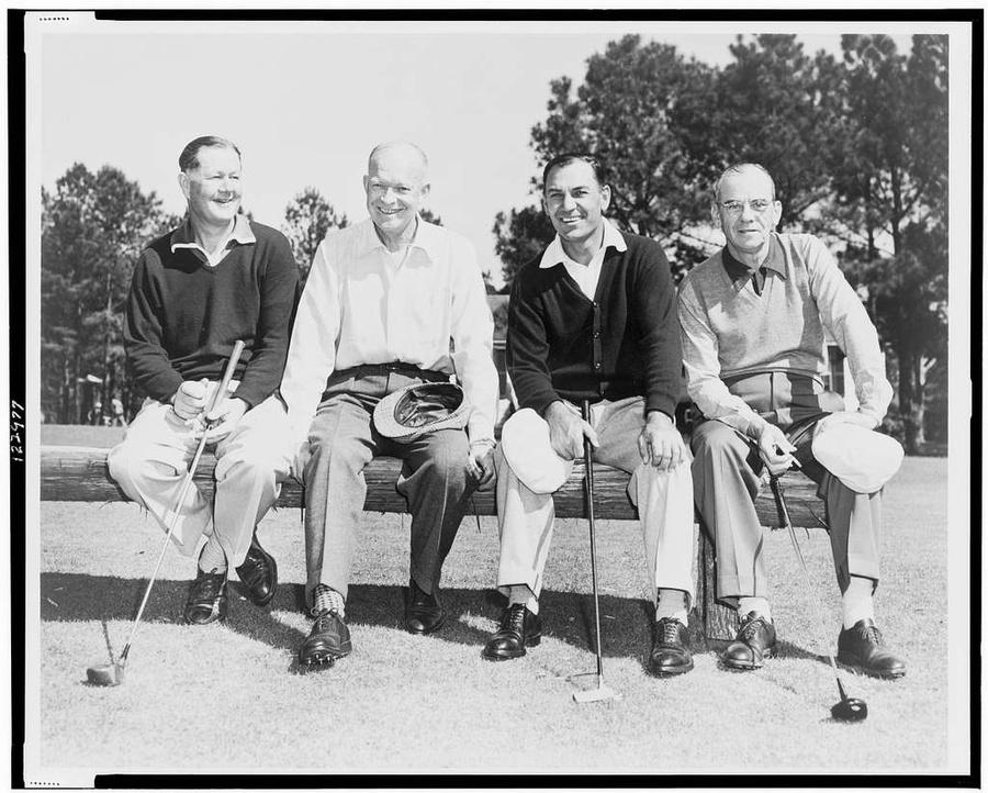 Дуайт Эйзенхауэр (второй слева) в гольф-клубе. Фото © Picryl