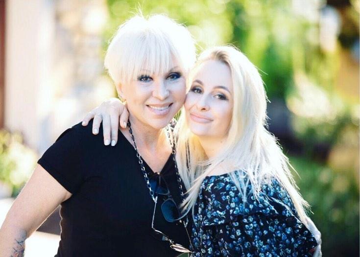 Валентина Легкоступова с дочерью Анеттой. Фото © Instagram / anetta_bril