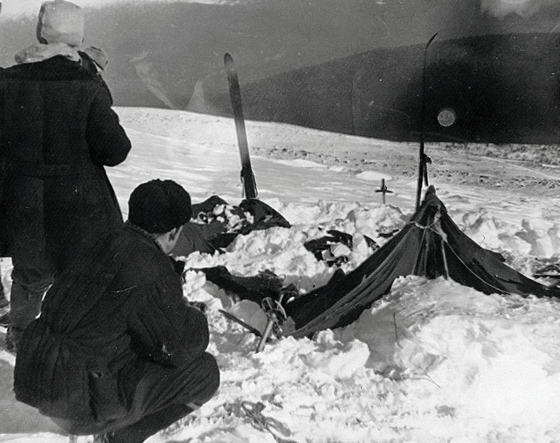 Частично раскопанная от снега палатка группы Дятлова. Фото © Wikipedia
