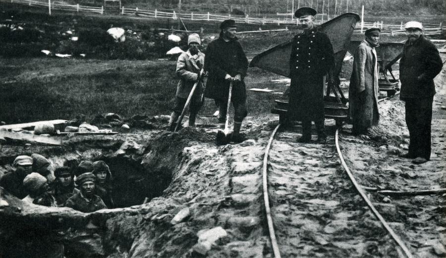 Узники Соловецкого лагеря на работах. Фото © Eg.ru