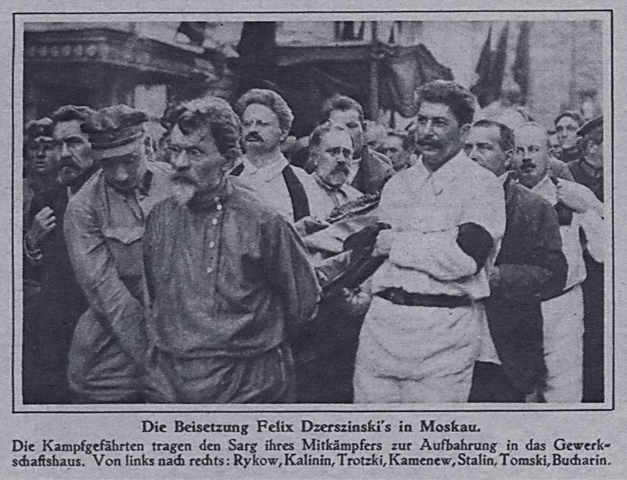 Большевистские лидеры несут гроб с телом Феликса Дзержинского. Фото © Wikipedia