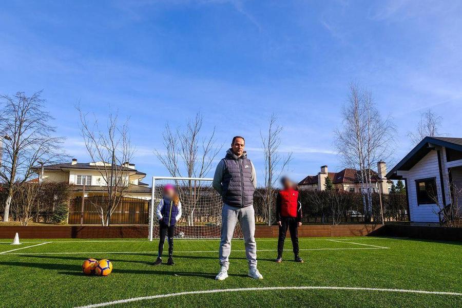 Во дворе особняка Широкова есть футбольное поле. Фото © Instagram / shirokovrn
