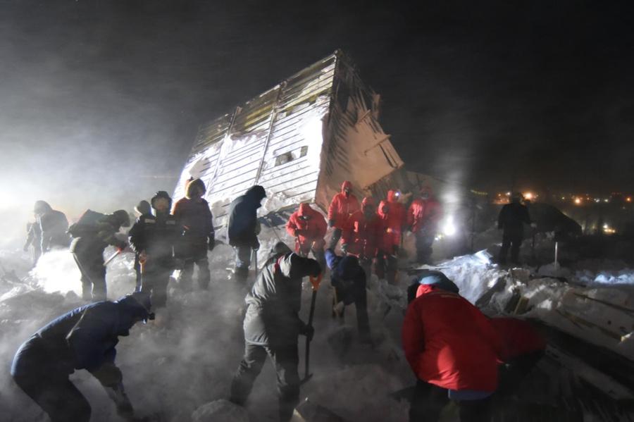 <p>Поисково-спасательные работы на месте схода лавины в Норильске. Фото © ТАСС / Денис Кожевников</p>