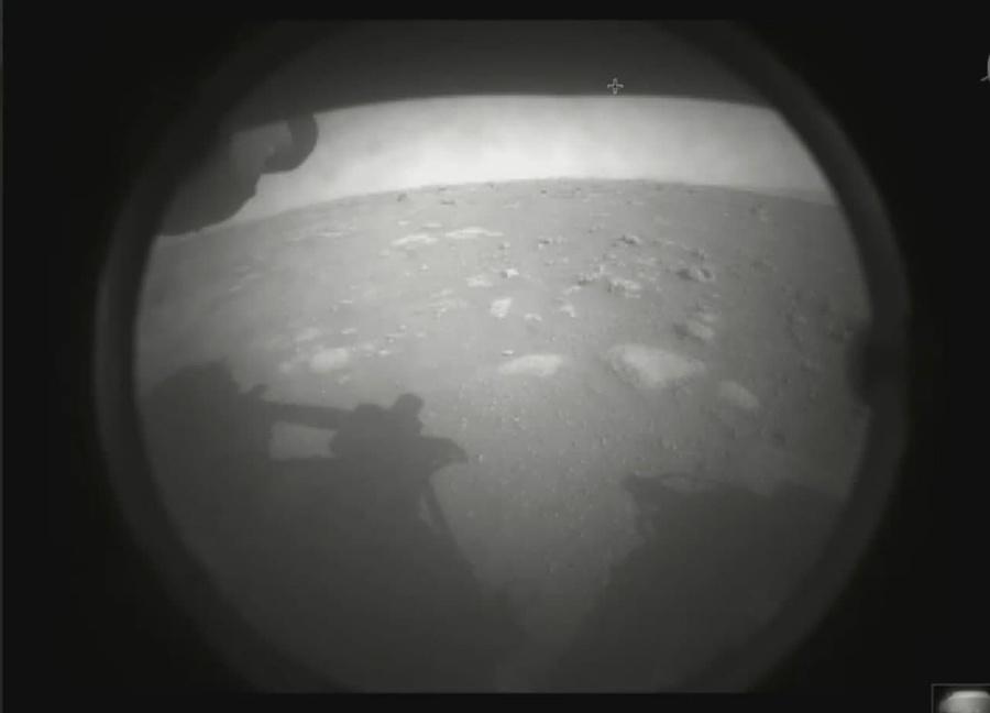 Первое фото марсохода. Фото © NASA