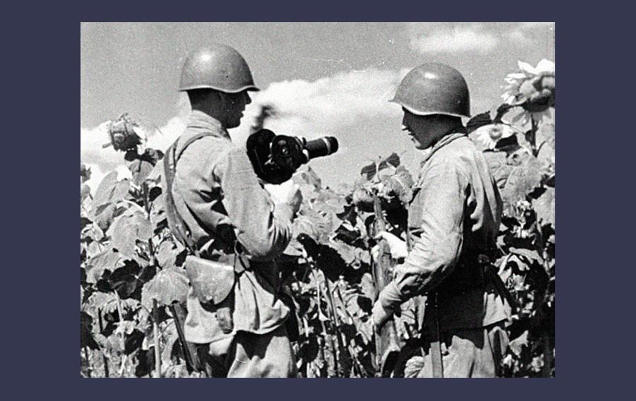 Кинооператор А. Левитан (слева) и снайпер Михаил Сурков. Южный фронт, 1942. Фото ©Советские снайперы