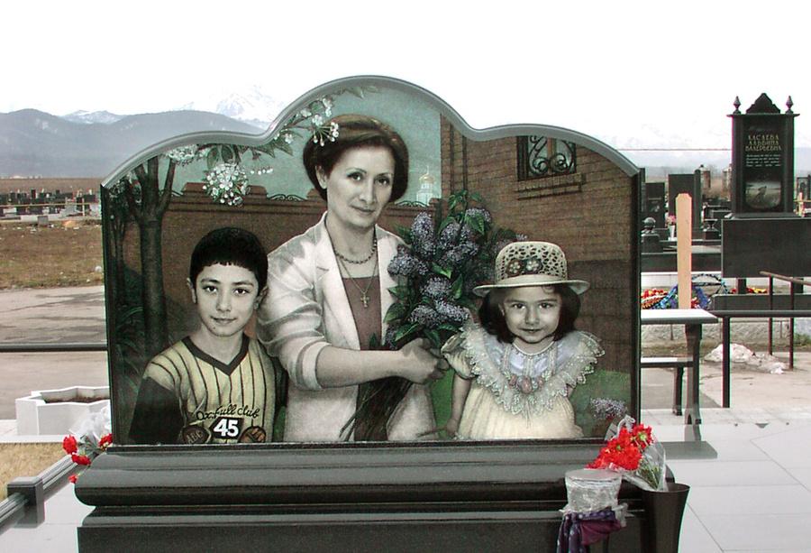 """Мемориал погибшей семьи Виталия Калоева: жена Светлана, дочь Диана, сын Костя. Фото: © ИТАР-ТАСС/ """"Северная Осетия"""""""