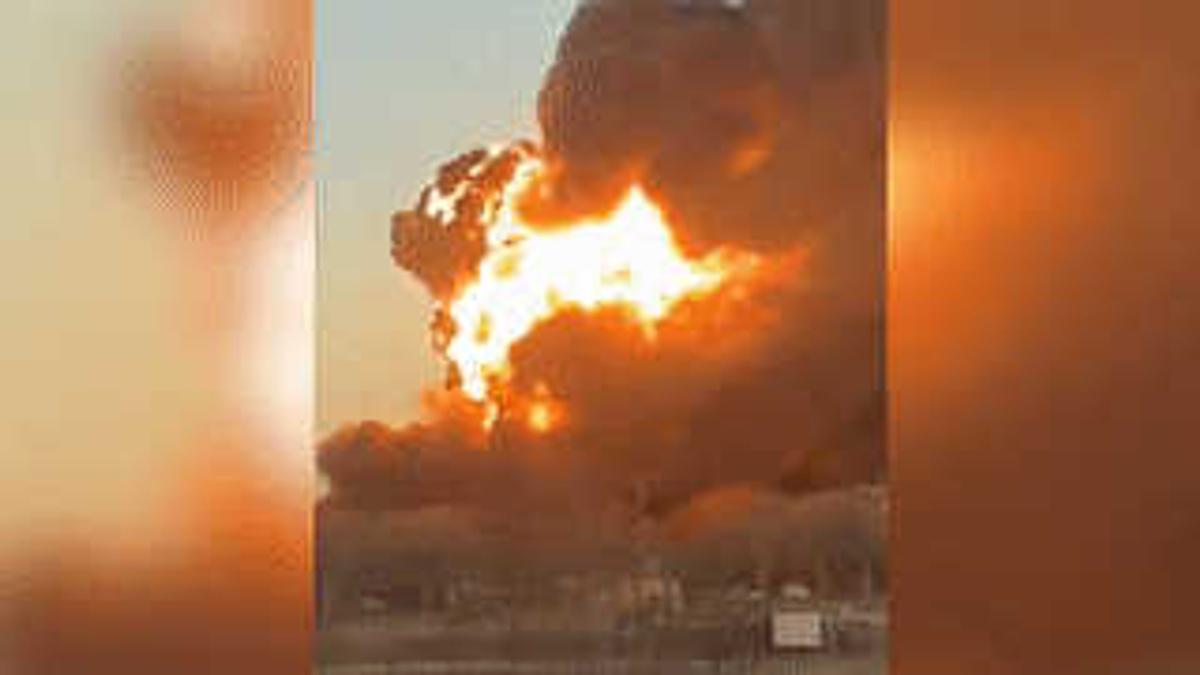 Мощный взрыв прогремел при столкновении поезда с автомобилем в США