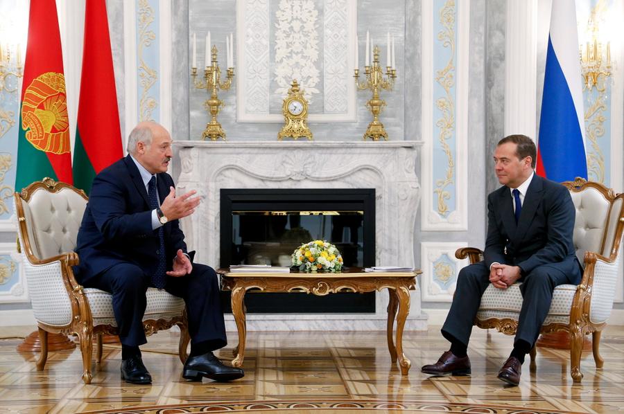 <p>Президент Белоруссии Александр Лукашенко и зампред Совбеза РФ Дмитрий Медведев. Фото © ТАСС / Дмитрий Астахов</p>