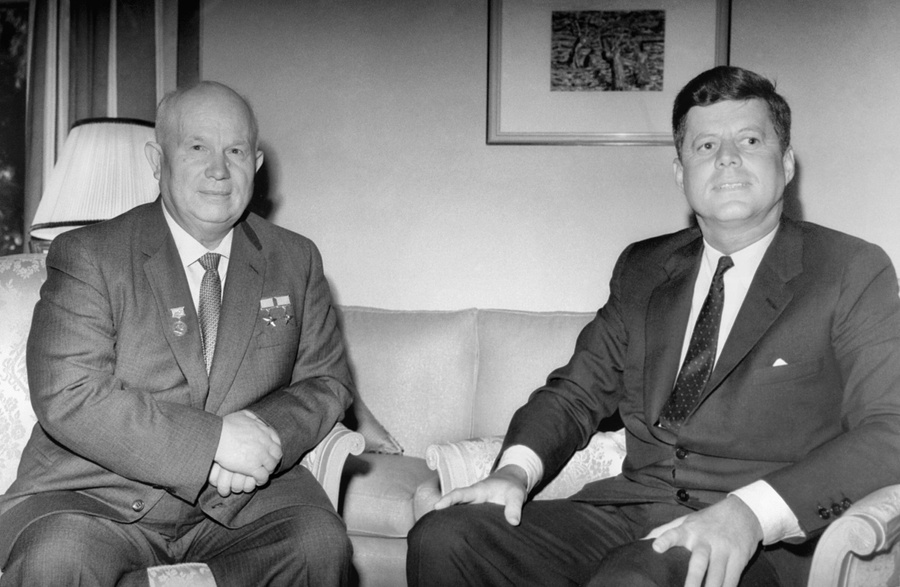 <p>Никита Хрущёв и Джон Кеннеди во время встречи во дворце Шенбрунн в Вене, 4 июня 1961 года. Фото © ТАСС / Василий Егоров</p>