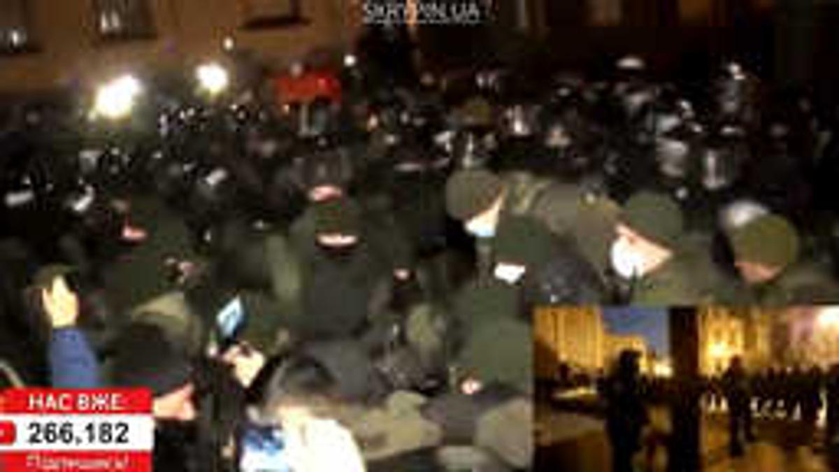 """""""Зелю геть!"""" Возле офиса Зеленского начались беспорядки и стычки националистов с силовиками — видео"""