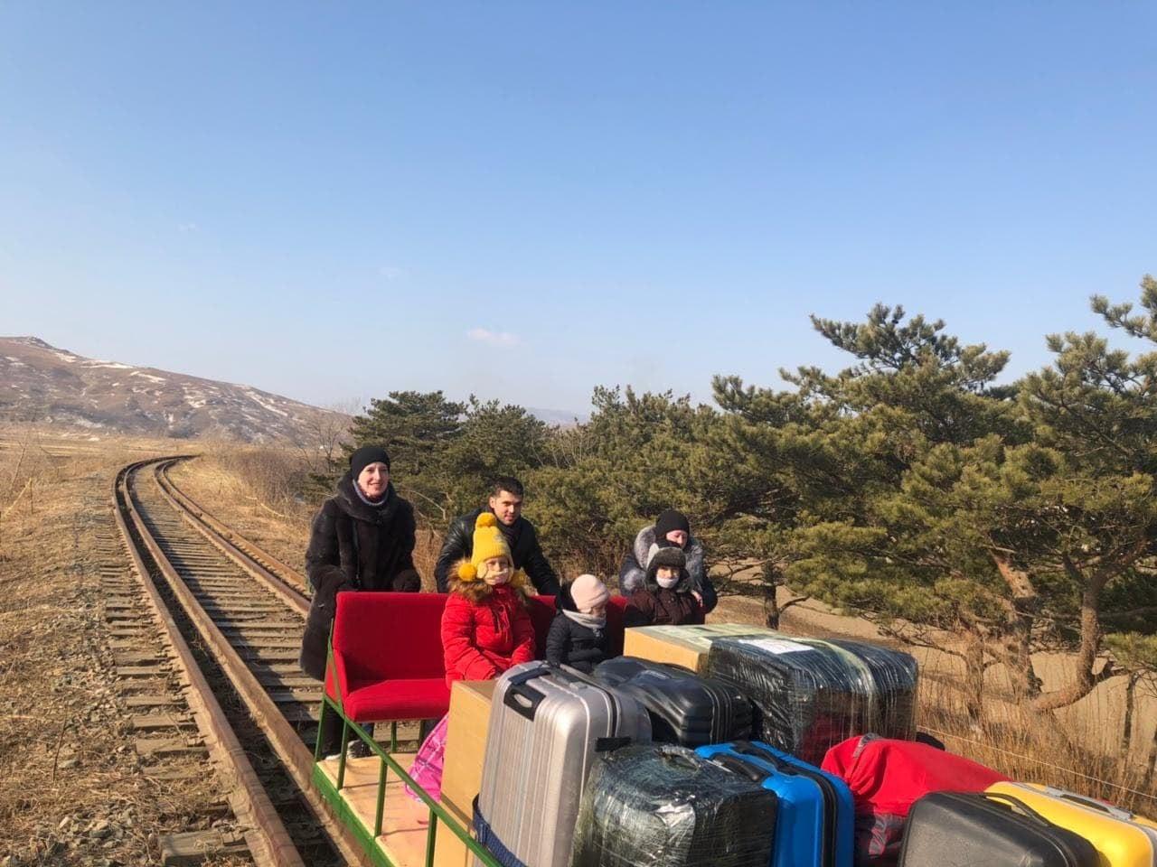 Покинувшие КНДР на дрезине российские дипломаты вылетели в Москву