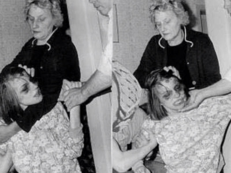 Аннелиза с мамой во время обряда изгнания бесов. Фото © Imgur