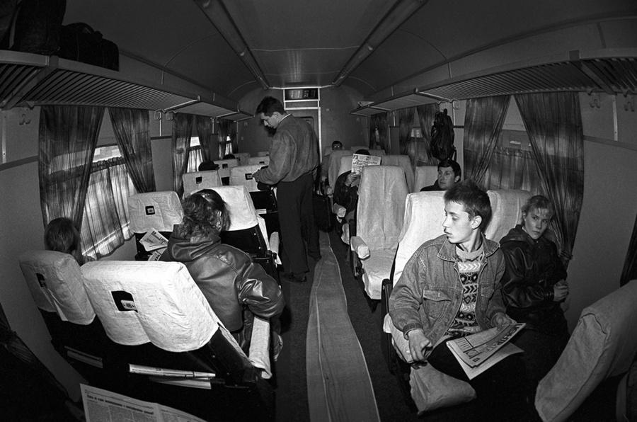 Пассажиры в вагоне скоростного экспресса ЭР200. 1995 год. Москва. Фото © ИТАР-ТАСС / Иван Куртов