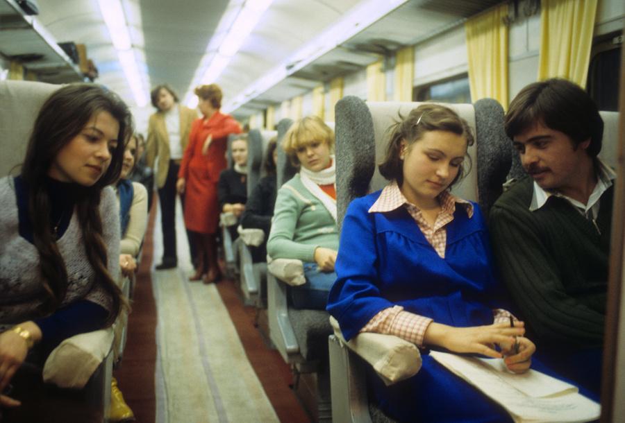В салоне скоростного экспресса ЭР200. 1980 год, Москва.  Фото © Фотохроника ТАСС / Игорь Сабадаш